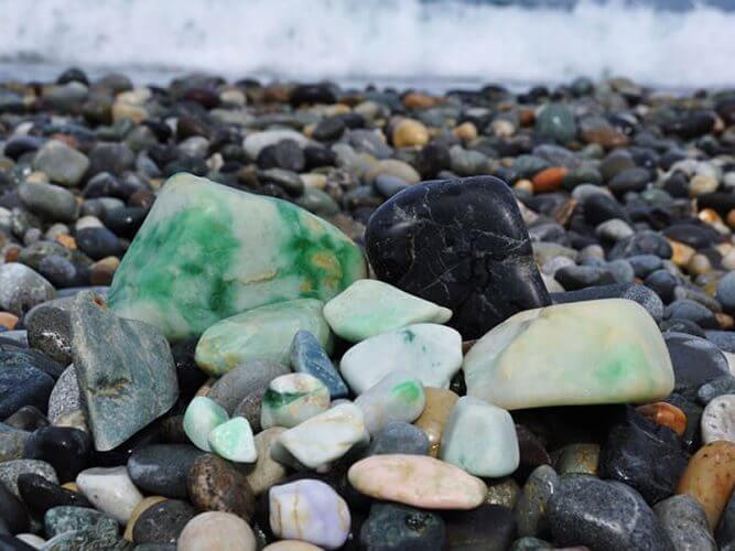 日本の国石「ヒスイ」の原石